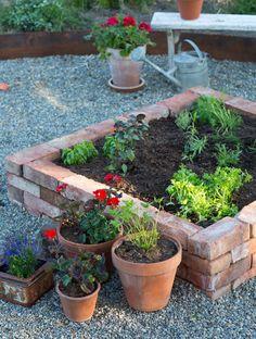 Container Gardening Ideas Tips And Tricks - Rooftop Gardening Plants - Garden Yard Ideas, Terrace Garden, Garden Beds, Garden Projects, Small Gardens, Outdoor Gardens, English Garden Design, Home And Garden Store, Vegetable Garden Design