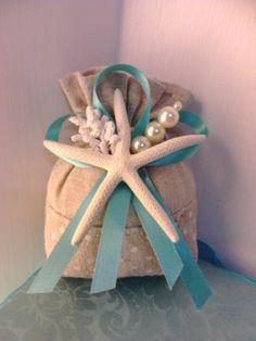 Sacchetto portaconfetti in cotone grezzo decorato con stella marina, perle e nastri Tiffany