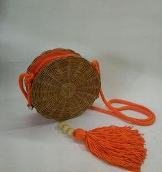 Bolsas artesanais, redonda e de vime com alça de corda e fechamento com zíper.