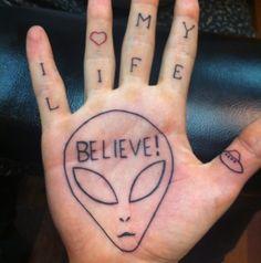 Tatuaje sobre aliens en la mano | Tatuajesxd
