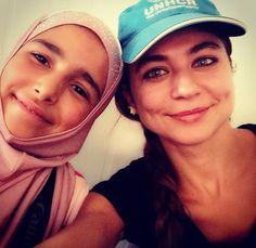 """""""Le persone si aspettano che le ragazze stiano ferme in silenzio. E' quello che chiamano comportarsi da donna, no? Ma io non sono d'accordo. Io penso che le donne possano parlare, dire quello che pensano, fare domande e al tempo stesso essere femminili. Anche se dici una cosa sbagliata, va bene. E' così che si impara.""""  Israa, 13 anni, è una rifugiata siriana nel campo di Zaatari, in Giordania. Da grande vuole diventare un bravo medico e aiutare chi non può permettersi le cure."""