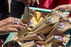 Conos con confetti para tu boda  #wedding #bodas #boda #bodasnet #decoración #decorationideas #decoration #weddings #inspiracion #inspiration #photooftheday #love #beautiful #rice #confetticones #ricecones Love, Beautiful, Invitations, Paper Envelopes, Amor, El Amor, I Like You, Romances