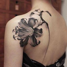 Lily back tattoo - Lily back tattoo - Mini Tattoos, Flower Tattoos, Body Art Tattoos, Cool Tattoos, Get A Tattoo, Back Tattoo, Tattoo Life, Hairline Tattoos, Tattoo Fleur