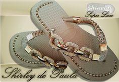 Havaianas Top customizadas com linda fivelas em metal banho dourado , solas frisadas , deixam seu pés um luxo , para escolher sua cor basta contatar no botão ao lado  (fale com vendedor)