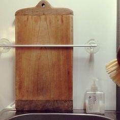 キッチンの必需品であるまな板。あなたはどのように収納していますか?毎日使うので便利な場所に置きたい、しっかり乾燥させたいので棚には入れたくない、かさばるのでしまいにくい、そんな悩みのある方も多いのでは。ここでは、そんな悩みを解消できるまな板収納をされているRoomClipユーザーさんの実例をご紹介します。