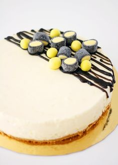 Sitruunaa ja lakua juustokakussa – Lunni leipoo | Meillä kotona No Bake Desserts, Delicious Desserts, Yummy Food, Baking Recipes, Cake Recipes, Sweet Pastries, Little Cakes, Eat Dessert First, Sweet Cakes