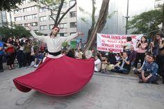 Direnişçiler ve güvenlikçiler el ele -Gezi Parkı'ndaki ilginç gösterilerden biri de semazen gösterisiydi. Gösteyi izleyenler okunan ilahilere de eşlik etti.