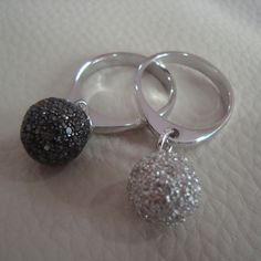 Ring with balls in black and white diamonds...!