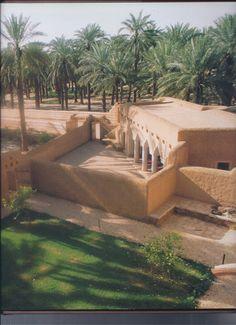 Earthship like.Adobe house and courtyard in Saudi Arabia Vernacular Architecture, Landscape Architecture, Interior Architecture, Saudi Arabia Culture, Earthship Home, Mud House, Desert Environment, Village House Design, Adobe House