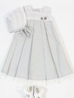 Faldón de tela gris con encaje blanco y puntilla. Capota a conjunto . Paz Rodríguez. / Buy Christening baby Gown with bonnet Belan Shop online/ tienda online: www.lesbebes.es