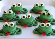Oreo Pretzel Frogs These are a fun super easy treat that kids (big and small) will love. A fun project for spring or any time of year. The post Oreo Pretzel Frogs was featured on Fun Family Crafts. Party Treats, Holiday Treats, Fudge, Paletas Chocolate, Oreos, School Treats, Family Crafts, Food Crafts, Bake Sale