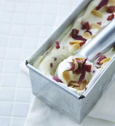Vaniljeis med rabarber og ristede mandelflager | Magasinet Mad!