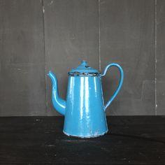 Een persoonlijke favoriet uit mijn Etsy shop https://www.etsy.com/nl/listing/478104664/vintage-blauwe-franse-emaille-theepot