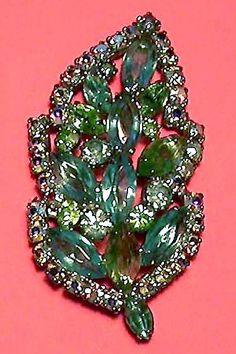 Rhinestones leaf, vintage costume jewelry brooch unsigned. - Foglia di strass, bigiotteria vintage non firmata