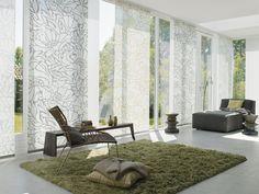 Takzvané japonské stěny, vzájemně se překrývající pruhy látek, jsou využívány pro stínění francouzských oken a velkých prosklených ploch (archiv Rolrols)