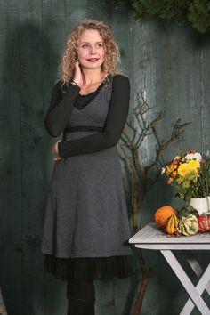 Aus unserer Herbst/Winter Kollektion: ein nostalgisches Empire-Kleid mit Spitze.  Ein perfektes Kleid/Kofferkleid für die Reise.  Besonderheiten:  - sehr feminine Passform: an der Brust eng...