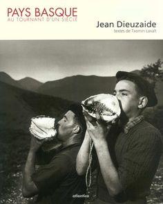 Depuis 1944, Jean Dieuzaide a tenu les minutes de ce XXe siècle caractérisé, dit-il, « par les promesses qu'il n'a pas su tenir ». Il a choisi de se concentrer, dans cet album, sur le Pays basque dont il a arpenté les sept provinces « en s'efforçant de rendre une intimité, en respectant les lieux où les gens vivent, avec l'humilité de ne pas s'imposer ». À travers ces photographies, le « temps arrêté » de Jean Dieuzaide privilégie l'homme, le paysage venant après, celui-ci expliquant…