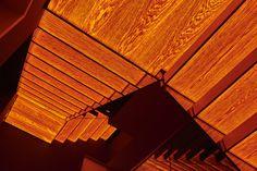 Jede Treppenstufe leuchtet auf der Unterseite durch das echte Eichenholzfurnier. Da zudem die Glasgeländer quasi unsichtbar sind, entsteht ein Rhythmus aus Licht, das durch die Holzmaserung zudem sehr wohnlich warm wirkt. Die Maserung lässt das Licht in der Fläche lebendig erscheinen und weckt Assoziationen zum Licht eines Sonnenuntergangs. Im Gesamtbild wirkt die Treppe gemeinsam mit den großen Gebäudeöffnungen sehr skulptural und eindrucksvoll. Blinds, Curtains, Home Decor, Stair Treads, Hand Railing, Wood Grain, Pictures, Decoration Home, Room Decor