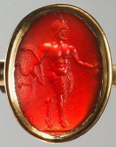 Gemme: Schreitender Pan. Römisch, Kaiserzeit 2. - 3. Jh. n. Chr. Karneol, kräftig orangefarben, durchscheinend. In moderner, vergoldeter Ringfassung.