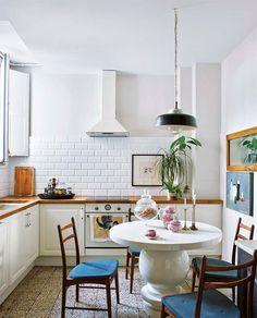 Apartamento, decoração de apartamento, reforma, sala de jantar com luz natural, cozinha, parede de tijolinhos brancos.