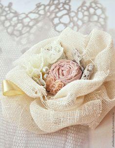 diy muslin fabric flower Shabby Chic Flowers, Burlap Flowers, Lace Flowers, Fabric Flowers, Wedding Flowers, Brooches Handmade, Handmade Flowers, Handmade Headbands, Handmade Soaps