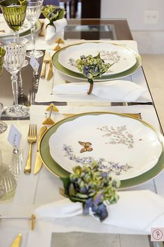 Pretty setting using Lenox Butterfly Meadow with green. Lenox Butterfly Meadow, Table Setting Inspiration, Table Manners, Beautiful Table Settings, Table Set Up, Table Arrangements, Deco Table, Decoration Table, Dinner Table