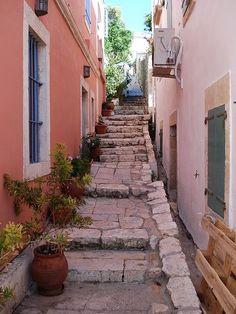 ~Σκαλο-σόκακο στο Φισκάρδο της Κεφαλονιάς step-alley at Fiskardo of Kefalonia Greece Art & Architecture~