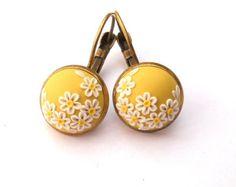 Pendientes amarillo mostaza arcilla bordado pendientes pendientes florales pequeños apliques arcilla polímero arcilla joyería Art Deko pendientes flores blancas