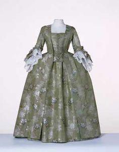 Robe à la française: overkleed en rok (ca. 1770 – ca. 1775) Groene changeant zijde, gebrocheerd met veelkleurige boeketjes en zilverkleurig changeant zijden slingermotief.