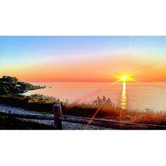Buona domenica a tutti con questo #shotonlumia by @prosbletina  #sole #tramonto #spiaggia #mare #tramonti #fotografia #weekend #domenica