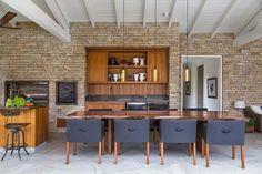 Casa com decoração suave e espaço de sobra é refúgio perto da cidade grande