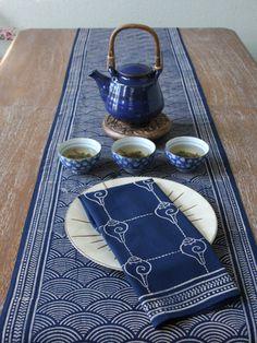 落ち着いた和柄のテーブルランナーは、和食のときや和菓子を楽しむティータイムにうってつけ。食器とテーブルランナーを同系色でまとめると、食卓が洗練された印象に。