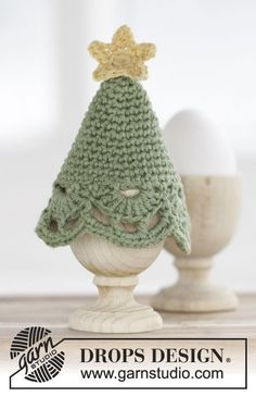 "Get Cracking! - DROPS Christmas: Crocheted DROPS Christmas tree egg warmer in ""Belle"" with star and fan pattern. - Free pattern by DROPS Design - Get Cracking! – DROPS Christmas: Crocheted DROPS Christmas tree egg warmer in ""Belle"" with st - Crochet Christmas Trees, Christmas Crochet Patterns, Holiday Crochet, Christmas Knitting, Crochet Egg Cozy, Free Crochet, Crochet Hats, Christmas Makes, Noel Christmas"