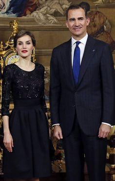 Total look black ce jeudi soir pour la reine Letizia d'Espagne, qui recevait à dîner le nouveau président portugais Marcelo Rebelo de Sousa et son amie.