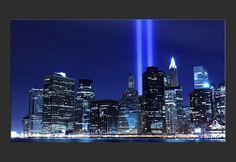 Stampa su tela Skyline di Manhattan e le torri di luci di notte, New York City