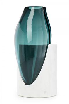 Osmosi, Vaso 5. Marmo Statuario e vetro soffiato. Dimensione: 24 x 28 x 52cm.
