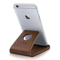 Dieser Smartphone Ständer aus Walnussholz ist ein wundervolles Geschenk für alle die es stilvoll mögen und ohne ihr Smartphone nicht auskommen.