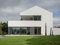Garden view: modern garden by Schmitz Architekten GmbH - Susan's Page Facade Architecture, Residential Architecture, Contemporary Architecture, Gable House, Modern Exterior, Cabana, New Homes, Villa, House Styles