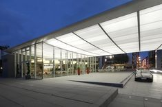 The SEFAR Lightframe system connects the entrance to the glass-fronted café pavilion and foyer, where it continues as a light ceiling.
