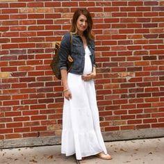 Un vestido blanco con chaqueta de jean hará que te veas como un sueño hippie hecho realidad. | 21 Sensacionales looks para mujeres embarazadas