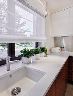 store enrouleur de cuisine blanc et semi-transparent et herbes aromatiques en pots en tant que déco fraîche