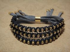 Conjunto com 3 pulseiras de camurça azul royal, strass enrolado com fio encerado azul marinho, ponteira de metal, anel para regulagem de tamanho, metal dourado. R$53,00