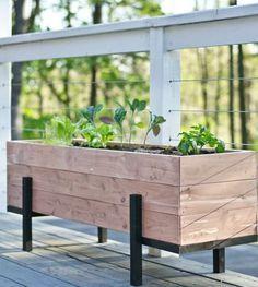 bac à fleur en palette et métal, des plantes vertes, clôture terrasse en teck, decoration exterieure à faire soi meme