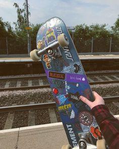 skater skate girl boy skateboard pose vibes aesthetic grunge edgy style street park You are in the r Skateboard Deck Art, Skateboard Design, Skateboard Tumblr, Painted Skateboard, Skateboard Pictures, Skateboard Fashion, Surfboard Art, Skate Wallpaper, Skate Logo
