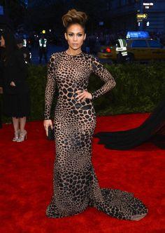 Jennifer López con un vestido de estampado de leopardo, de Michael Kors. Los pendientes son de Dana Rebecca Designs y el anillo de Rona Pfeiffer.