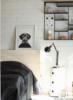 Valoisaa vaaleaa: Vaneri-sängynpääty Plywood Headboard, Antique Headboard, Brick Wall, Bathroom Hooks, Furniture Decor, Bedroom, Interior, House, Woody