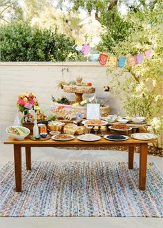 How to make your own taco bar + free taco bar printables. Such a great idea for a bridal shower or even for your wedding. Party Time, Food Bar Party, Ideas Party, Teen Party Food, Nacho Bar, Fiestas Party, Comida Latina, Cinco De Mayo, Party Stuff