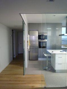 cozinha com fechamento em blindex Kitchen Styling, Kitchen Decor, Kitchen Design, Cafe Interior, Interior Design Living Room, Home Upgrades, Kitchenette, Home Renovation, Home Kitchens