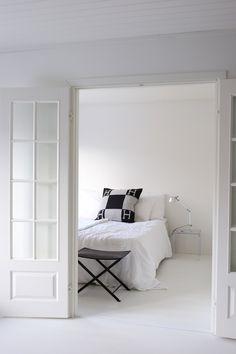 Homevialaura | white bedroom | duoble doors | French doors | Hermes Avalon cushion | Artemide Tolomeo | Kartell Jolly