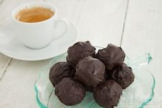 These coffee truffles are hand rolled in white or plain chocolate to produce a sublime handmade chocolate that is perfect for a gift or treat. Coffee Truffles Recipe, Chocolate Truffles, Chocolate Brownies, Yummy Treats, Sweet Treats, Truffle Boxes, Candied Nuts, Handmade Chocolates, Truffle Recipe